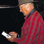 Ulrich Völker mit einem Ultraschall-Detektor zum hörbar machen der Fledermaus-Rufe