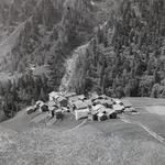 Bis in die Zeit der 1950er Jahre fanden sich oberhalb des Weilers Mutt (Zmutt) noch ausgedehnte Getreidefelder (Foto Ernst Brunner, um 1938. Schweizerische Gesellschaft für Volkskunde, Basel, SGV-12N-01768).