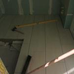 """Der Fußboden im Gäste-WC hat ebenfalls die gleichen Fliesen wie auch die anderen Räume im Erdgeschoss, damit bei geöffneter Tür kein """"Stilbruch"""" entsteht, wobei das im Gäste-WC sicher nicht ganz so gravierend ist."""