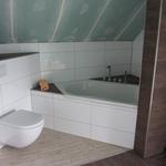 Für eine bessere Optik haben wir die Linie der Badewanne nach links weiter verlängert und so eine Ablage in die Ecke integriert.
