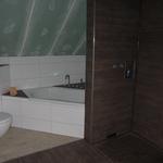 Bei der Dusche fehlt nun noch die Glastrennwand, das Duschpaneel sowie die Blende für den Ablauf.