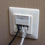 Am anderen Ende des Patchpanels sind dann die Netzwerkdosen, hier eine Cat6-Dose. Das linke Kabel ist für das bereits genannte Telefon, das rechte für den Computer mit einer geprüften Übertragungsrate von etwa 1 Gigabit pro Sekunde.