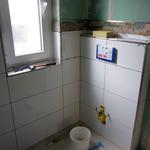 Sobald die Fliesen verfugt sind, hängen wir endlich das WC auf. Vor allem die Damenwelt wird's freuen. ;-)
