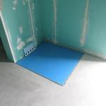 Das befliesbare Duschelement mit integriertem Gefälle für die begehbare Dusche haben wir uns maßanfertigen lassen. Dahinter befindet sich der Wandablauf von Geberit.