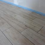 Im Dachgeschoss haben wir uns für Fliesen in Holzoptik entschieden, da wir den Holzcharakter wünschten, aber zugleich die gute Wärmeleitfähigkeit von Fliesen nicht missen wollten, was gerade wegen der Fußbodenheizung sehr wichtig ist.