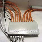 ...dann nämlich, wenn ich auch die Kellerräume verkabelt habe. Denn bisher wurden nur die Räume im EG und DG verkabelt. Das schwarze Kabel in Port 4 ist unser Telefon, welches durch einfaches Umstecken an jeder Netzwerkdose angeschlossen werden kann.