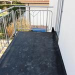 Der Belag des Balkons besteht aus einer Art Teichfolie. Diese sollte man so selten wie möglich betreten und am besten etwas Schützendes darüber legen, um die Folie bis zum Belegen nicht unnötig wegen Steinchen, Schrauben oder Nägeln zu beschädigen.
