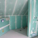 Die Sechseck-Badewanne wird mit einem Styroporträger eingebaut. Links von der Wanne als Verlängerung sowie dahinter wird eine Ablage abgemauert.