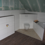 Das WC hängt ebenfalls an seinem Platz. Jetzt muss noch tapeziert oder gestrichen werden, da sind wir noch immer etwas unschlüssig.