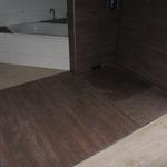 Beim Befliesen der Dusche haben wir uns für dunkelfarbige Fliesen in Holzoptik entschieden. Diese gehen über die gesamte Breite der Dusche (ca. 1,50 m), und...