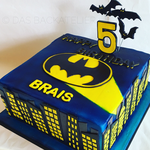 Batman-Geburtstagstorte (Schokoladenbiskuit mit Schokoladenbuttercreme-Füllung)