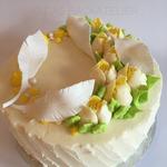 Frühlings-Torte mit Tulpen und Federn