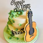 Irland-Torte mit übergrossem Gitarren-Cookie (luftiges Schokoladenbiskuit, Mocca-Ganache und wunderbarer Baileys-Buttercreme)