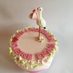 Torte für neugeborenes Mädchen (luftiges Vanillebiskuit in rosa, Vanillebuttercreme und Himbeerkonfi)