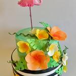 Sommerliche Flamingo-Torte (mit Vanillebiskuit, Salted Caramel-Sauce und Caramel-Buttercreme sowie einem Knusper-Saltbretzel-Boden)