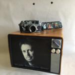 Retro-TV und Leica-Fotoapperat (Vanille- und Pistazienbiskuit mit Vanillebuttercreme und Erdbeersauce)