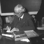 Prof. Piccard bei einem Vortrag im Traubensaal. Archiv E. Grünenfelder