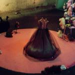 """""""...drehen sich im Kreis"""" Ein Ballettkleid, ein Teddy und zwei Stühle"""