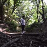 林(森?)の中でたたずむじんさん 撮影:山口美優
