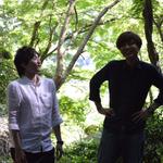 涼しげな林の中での2人。じんさん、何を見ているんですか? 撮影:山口美優