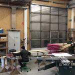 Vorbereitungsarbeiten für Fertigstellung Winterwanderwege: Schneestangen malen, Müllkübel präparieren