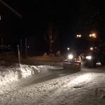 U400 beim abendlichen Splittdienst, mit Prismenwalze zum Aufrauen der Schneefahrbahn