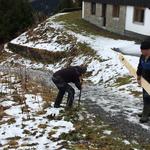 """""""Handlauf"""" und Absperrung stellen Wanderweg Goldener Berg - Bergbahn Oberlech"""