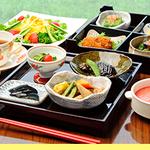 ふるさと膳 季節の炊き込みご飯と料理10品、コーヒー、ケーキ 2100円(税込)