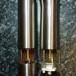 Die Pfeffermühlen mit dem Granulat (links) bzw. den Perlen (rechts)