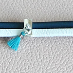 Bracelet cuir pompon turquoise ; idée cadeau noces 2 ans