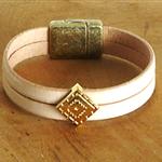Bracelet en cuir beige ; bracelet intemporel ; bracelet cuir ; noces de cuir 2 ans