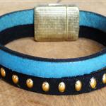 suédine clouté doré ; bracelet cuir bleu et noir
