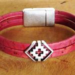 Bracelet liège framboise ; bracelet avec croix géométrique