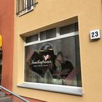 Kombination von Druck auf Glasdekorfolie und Folienplott als Schaufensterdekoration bei einem Friseur