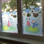 Digitaldruck auf Glasdekorfolie als dekorativer Sichtschutz für eine Kita