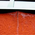 Feuchteschäden unterhalb Metallfensterbank