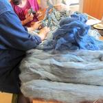 手前のあるのは、モヘアを藍染めしたものだそうです。 他ではできない技術。