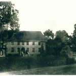 Haus Seeberger in Pilgramsdorf mit Kapelle links vorm Haus