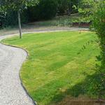 Percorso sinuoso in ghiaino e tappeto erboso per giardino privato