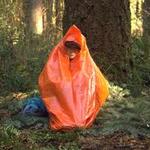 Transporter un sac à ordures de couleur orange, pour se garder au sec et être vu.
