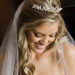 Peinado de novia con tiara y cabello suelto con rulos