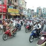 イナゴの大群のようなバイクが走る町