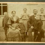 Robert Bräuer mit Ehefrau Emalie Bertha Bräuer, geb. Teichmann, mit den Kindern Paul Arno, Otto Willi, Elsa Frieda, Gustav Oswin und Frieda Hilma v.l.n.r.