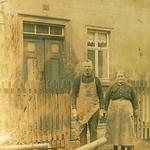 Ernst Robert Oswald Bräuer und seine Frau Pauline Bräuer, geb. Zänker, vor dem gemeinsamen Haus in Seelingstädt.