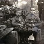 Ernst und Kurt Neinaß in der Gutsgärtnerei in Großenhagen.