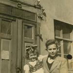 Manfred und Edeltraud vor der Schmiede im September 1939.