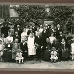 Hochzeitsfoto zur Hochzeit von Elsa Milda Bräuer und Georg Kühne, ca. 1926. Schräg hinter der Braut ist Gertrud Bräuer zu sehen.