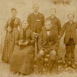 Johann Friedrich Ernst Bräuer mit Ehefrau Auguste Wilhelmine, geb. Hofmann, und den Kindern, Lina, Robert, Hugo Paul und Max auf ihrem Hof in Großbardau, ca. 1884, v.l.n.r.