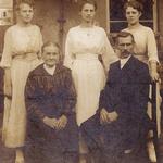 Familie Ernst Robert Oswald Bräuer mit der Ehefrau Pauline Bräuer sowie den Töchtern Milda, Sidonie und Gertrud Bräuer zur Hochzeit von Sidonie um 1920 in Seelingstädt.