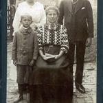 Johanna, Kurt und Robert Neitsch mit der Stiefmutter Alma Neitsch, geb. Büchner auf dem Hof in Dorna ca. 1916.